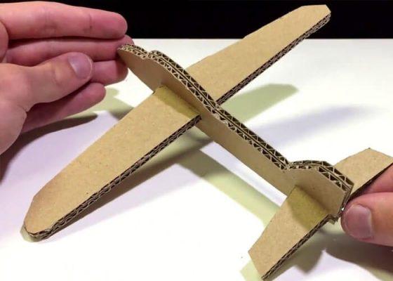 Tận dụng lượng bìa các tông làm máy bay là ý tưởng tuyệt vời