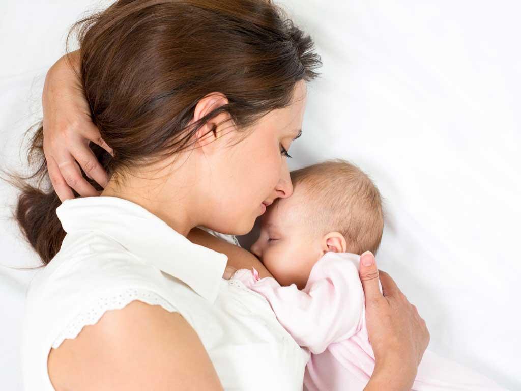 Cho trẻ bú nằm có ảnh hưởng gì không