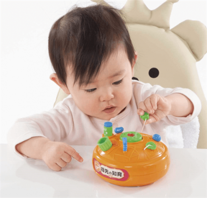 Hộp đồ chơi luyện vận động tay trẻ 1 tuổi
