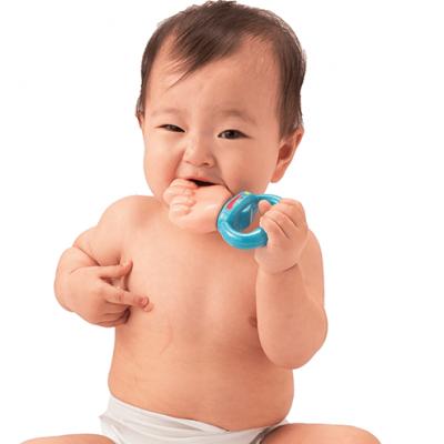 Gặm ngón tay cho bé 2 tháng tuổi