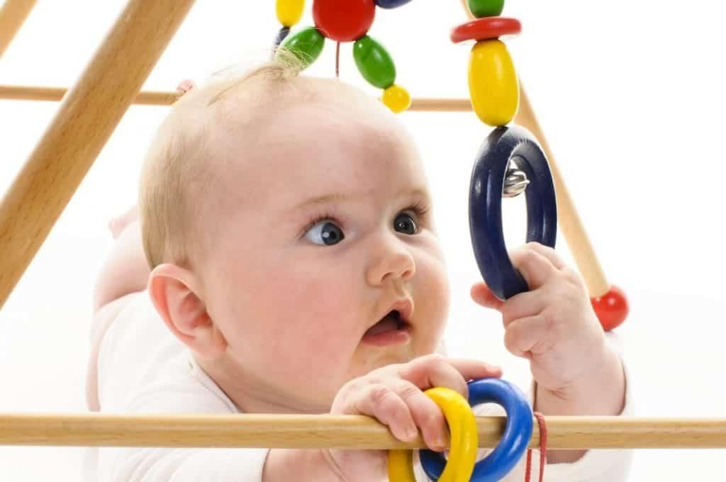 đồ chơi cho bé 2 tháng tuổi