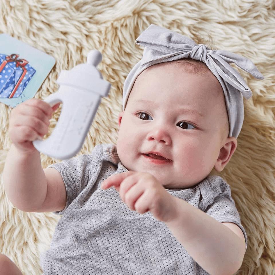 Bình gặm nướu kích thích giác quan bé 6 tháng tuổi