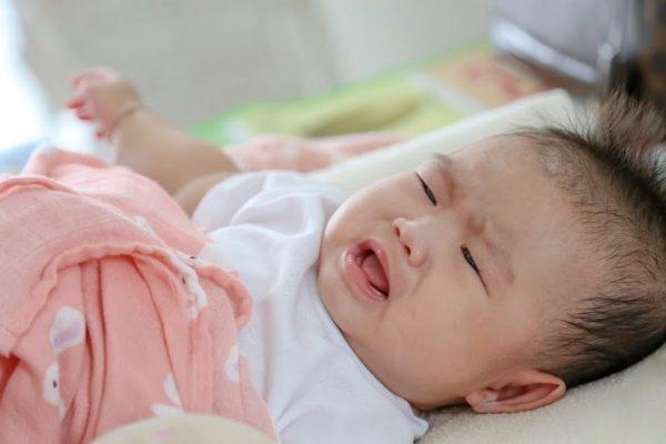 Không để trẻ sơ sinh ngửi mùi thuốc lá