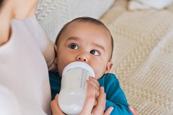 Chọn lại tư thế cho bé bú mẹ đúng cách