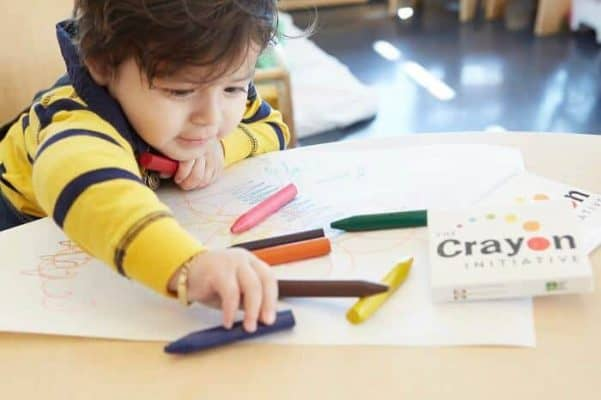 Bé học tô màu từ 1-2 tuổi